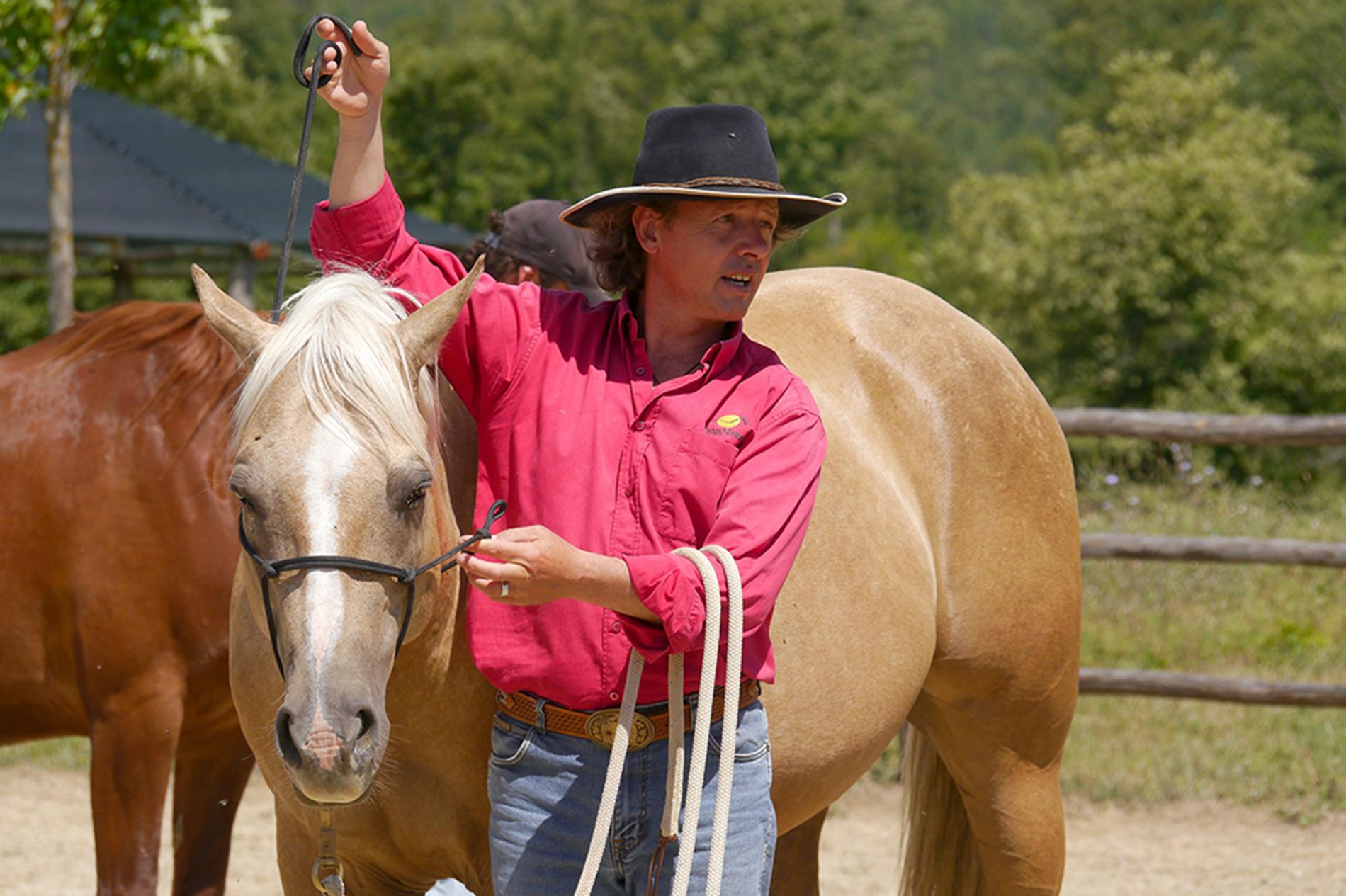 Edwin und Barney: Das korrekte Anlegen des Knotenhalfters gehört zum Handwerk eines Natural Horseman. © 2014, AsvaNara, BU: Bernd Paschel